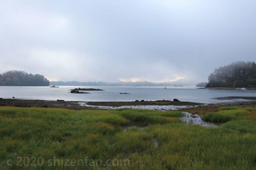 霧がかかった朝の桧原湖(西岸野鳥の森近く)