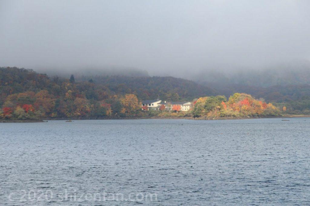 桧原湖第一パーキングから望む桧原湖対岸の紅葉