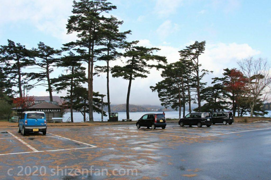秋の朝の桧原湖第一パーキング
