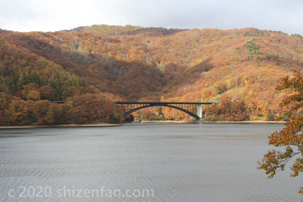 裏磐梯・桧原湖北岸の橋と紅葉
