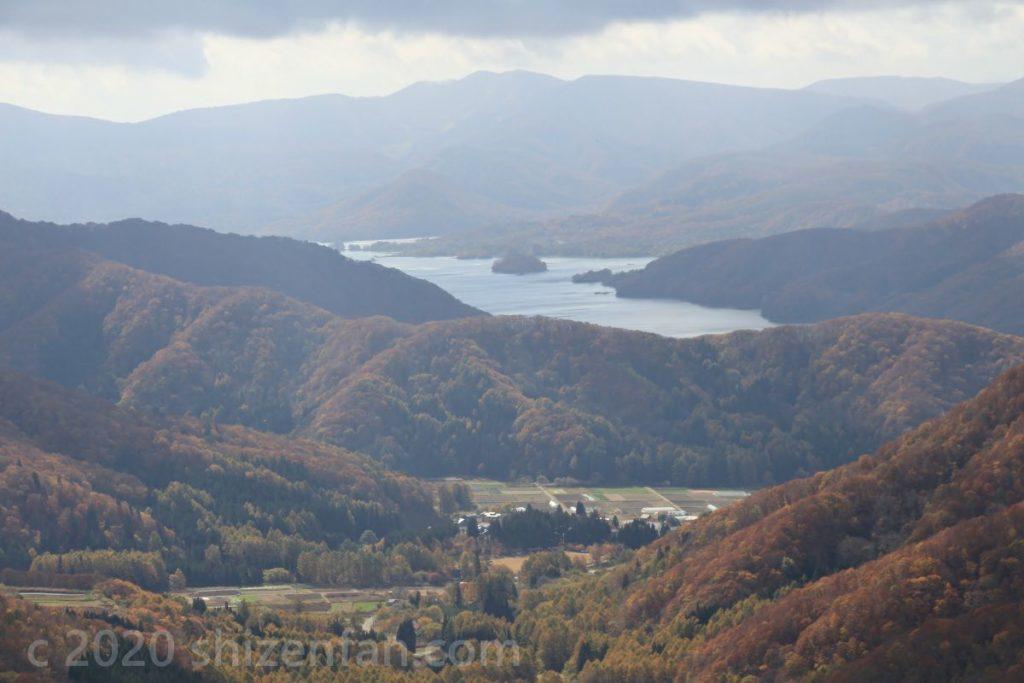 西吾妻スカイバレー・東鉢山七曲りから望む桧原湖