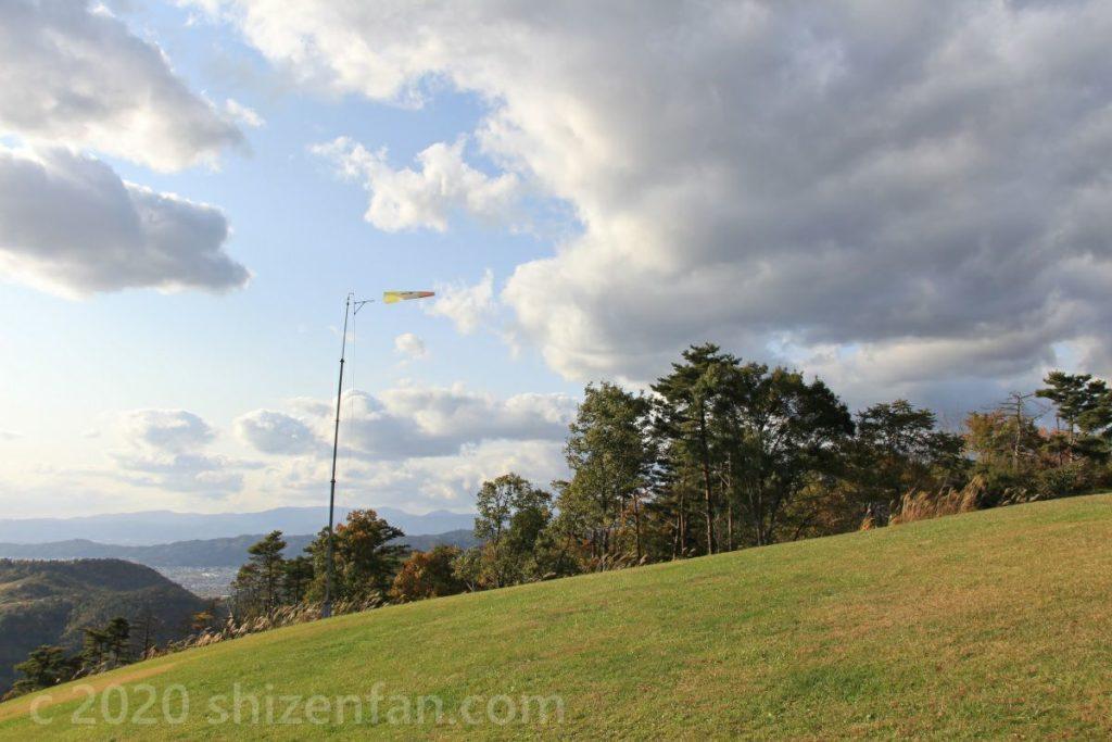 南陽スカイパークの芝生と風になびく風向計