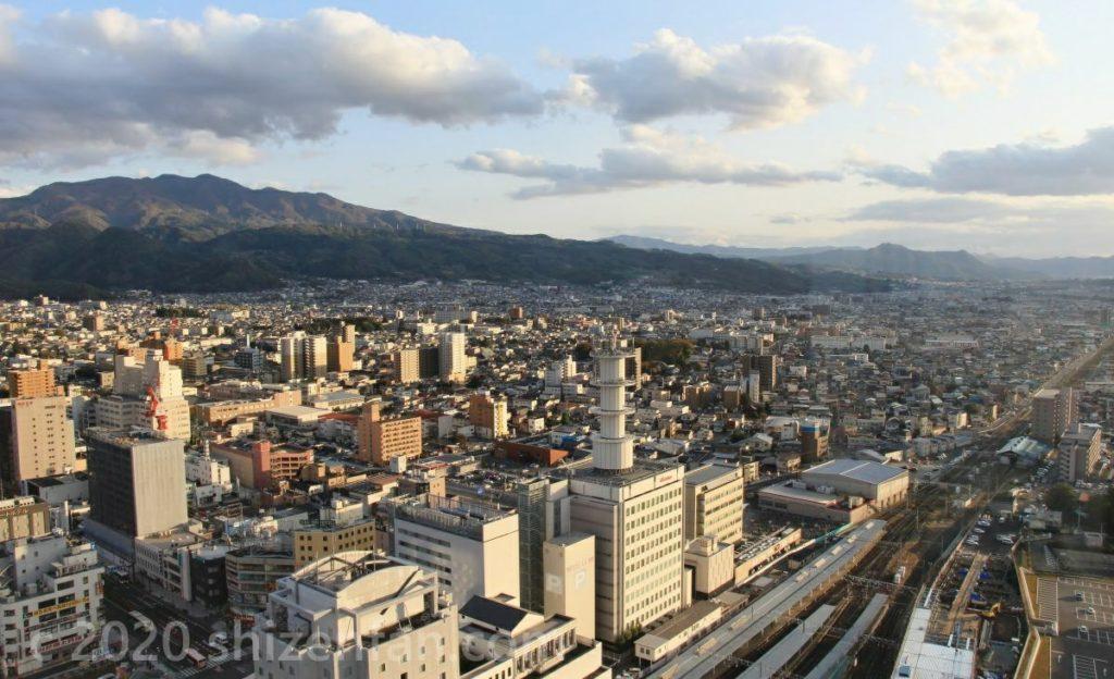 霞城セントラル展望ロビーから望む山形市内