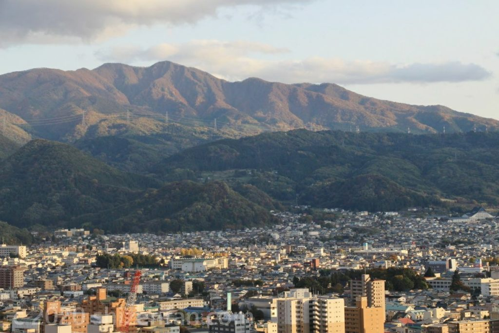 霞城セントラル展望ロビーから望む蔵王連峰