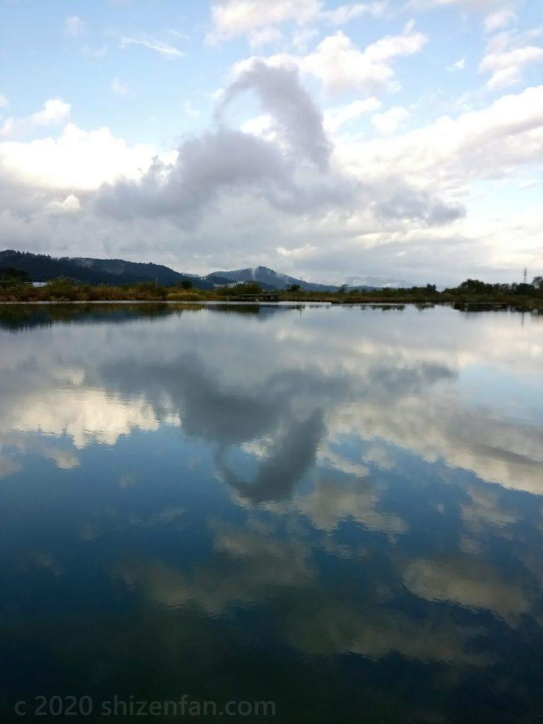 白鳥のような雲が映る雄物川
