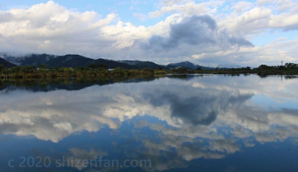 水面が鏡になった雄物川