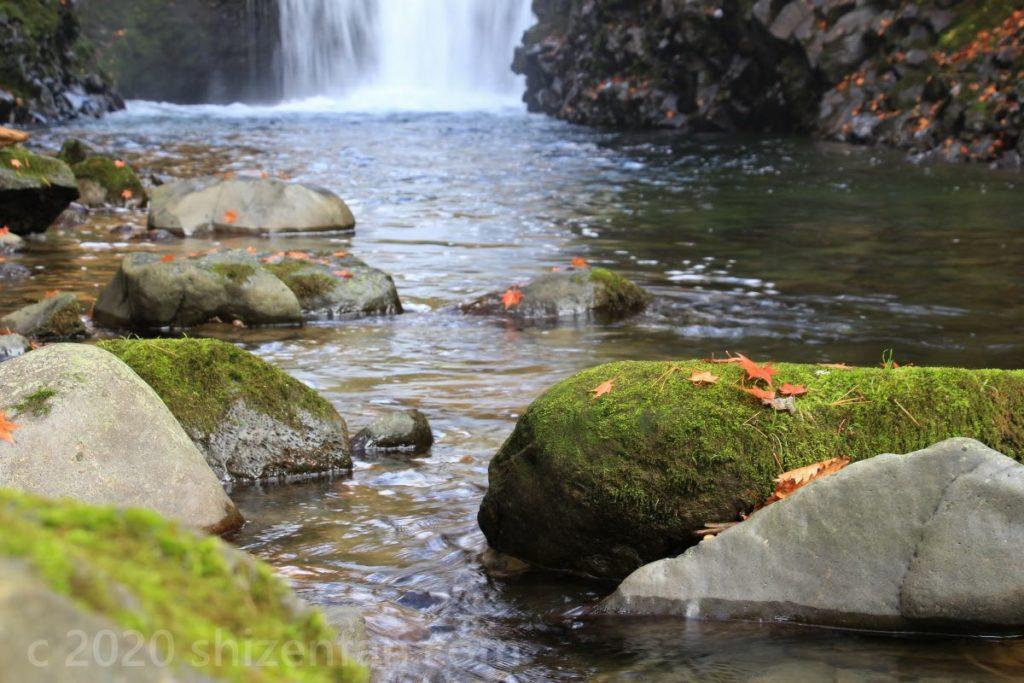 滝と岩場とモミジのイメージ(鹿角市大湯止滝)
