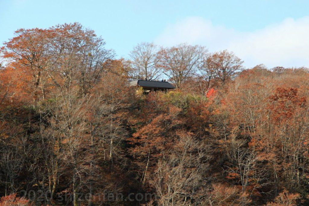 発荷峠から見る「紫明亭展望台」