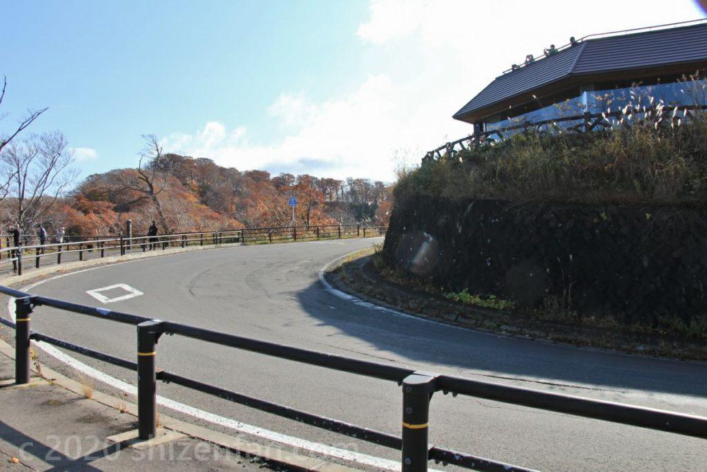 十和田湖発荷峠展望台前のカーブ