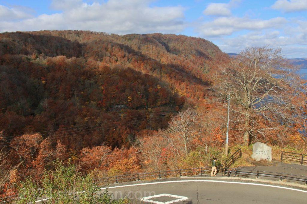 秋の十和田湖発荷峠展望台からの眺め(山の紅葉)