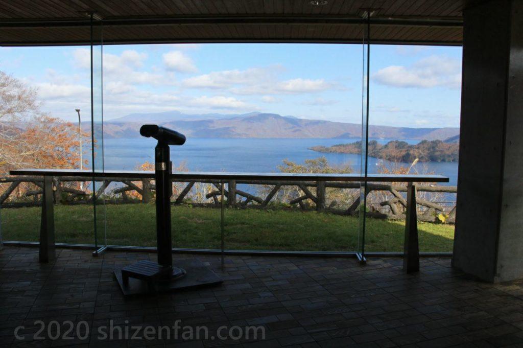 十和田湖発荷峠展望台1階ガラス張り展望室の様子
