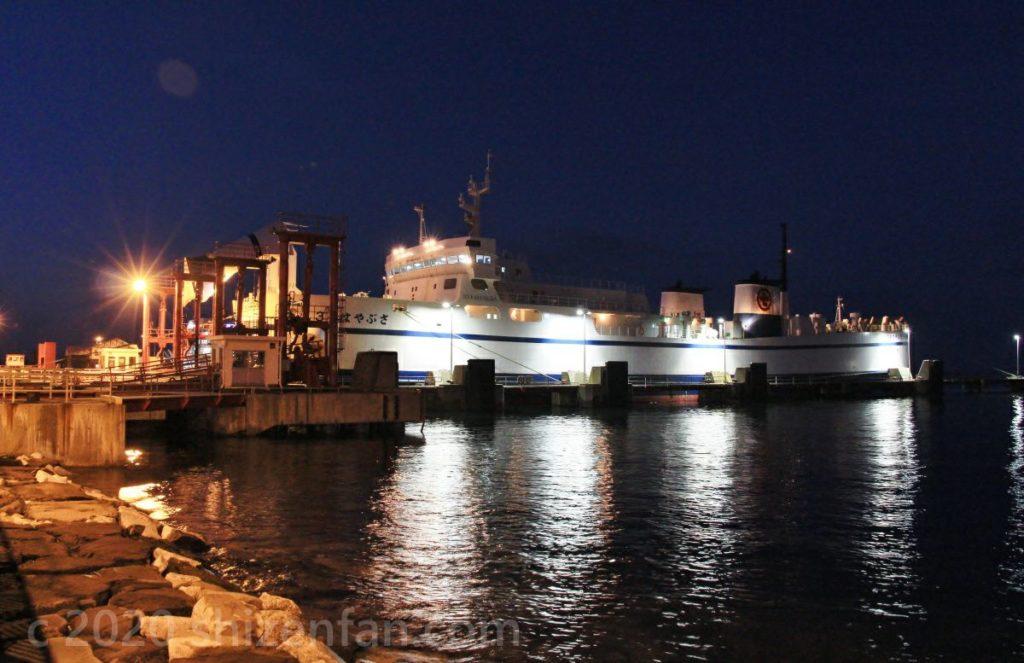 夜の青森港にとまる「3号はやぶさ」