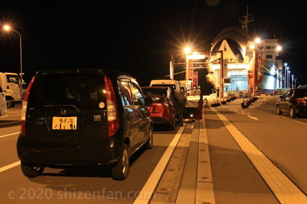 青函フェリーの乗車レーンで乗船を待つ黒いホンダライフ