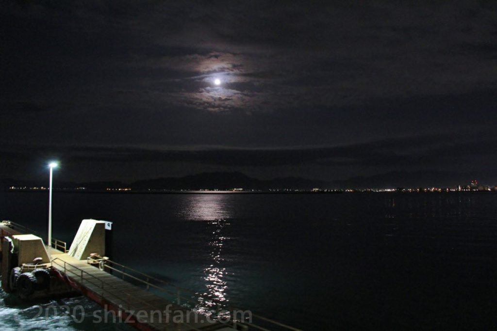 青森港から遠くに見える青森の夜景と満月