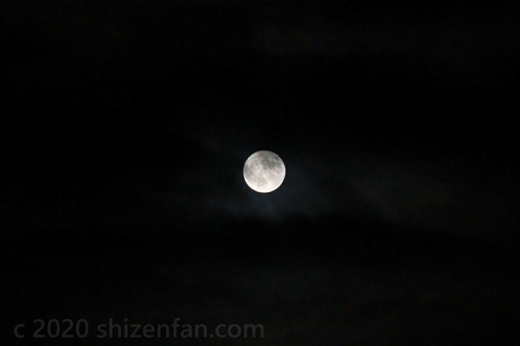 薄雲のかかる満月