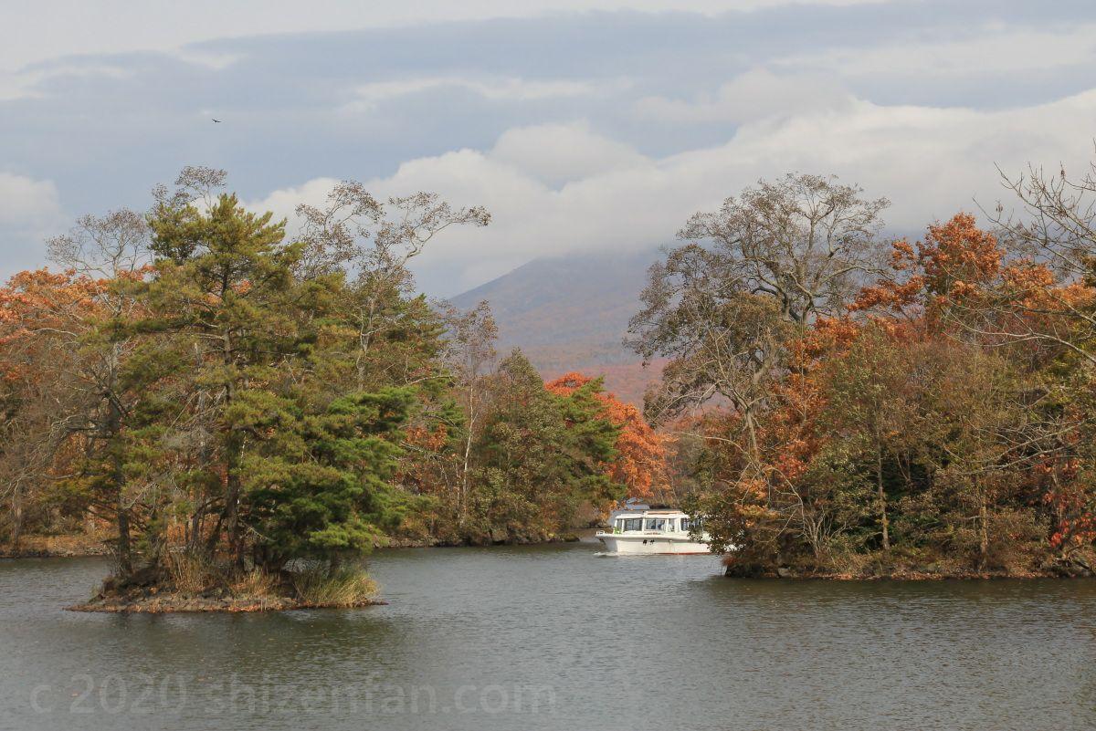 紅葉期の大沼国定公園 小島の間を進む遊覧船