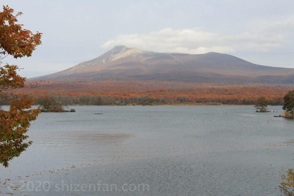 紅葉に染まる秋の北海道駒ヶ岳