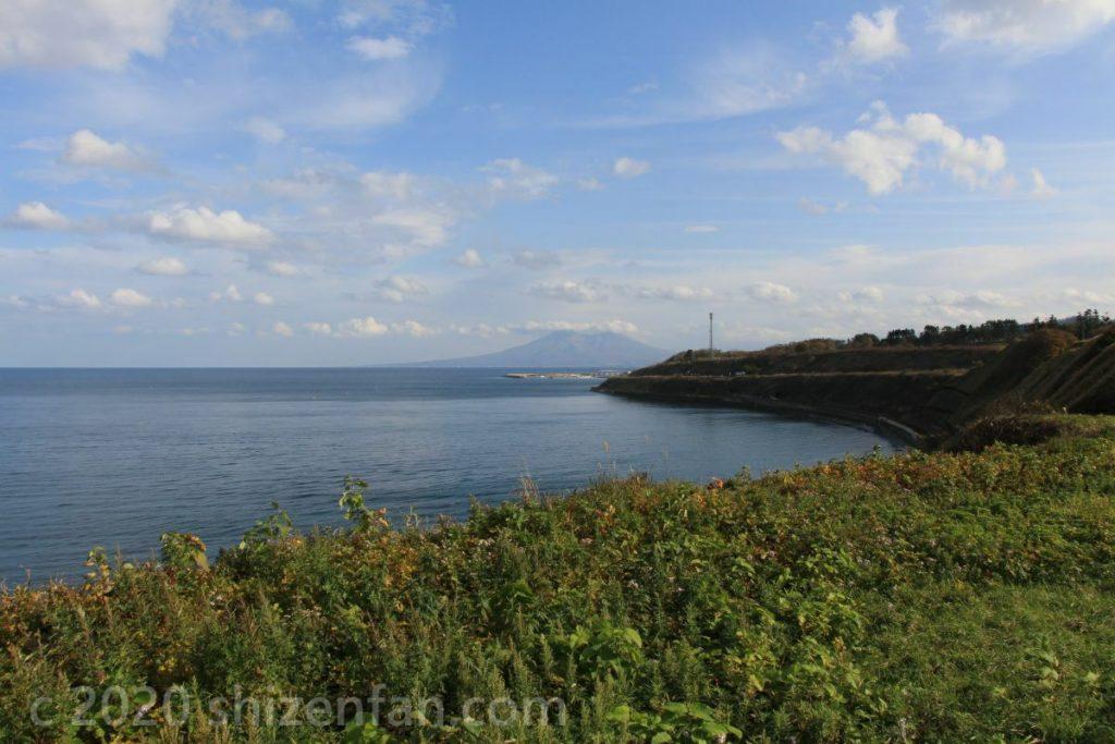 海岸線から望む北海道駒ヶ岳と秋の青空