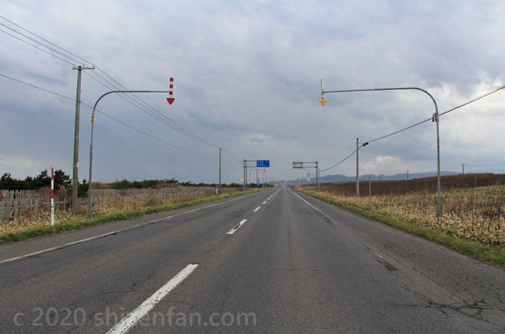 まっすぐ延びる北海道郊外の国道(長万部町)