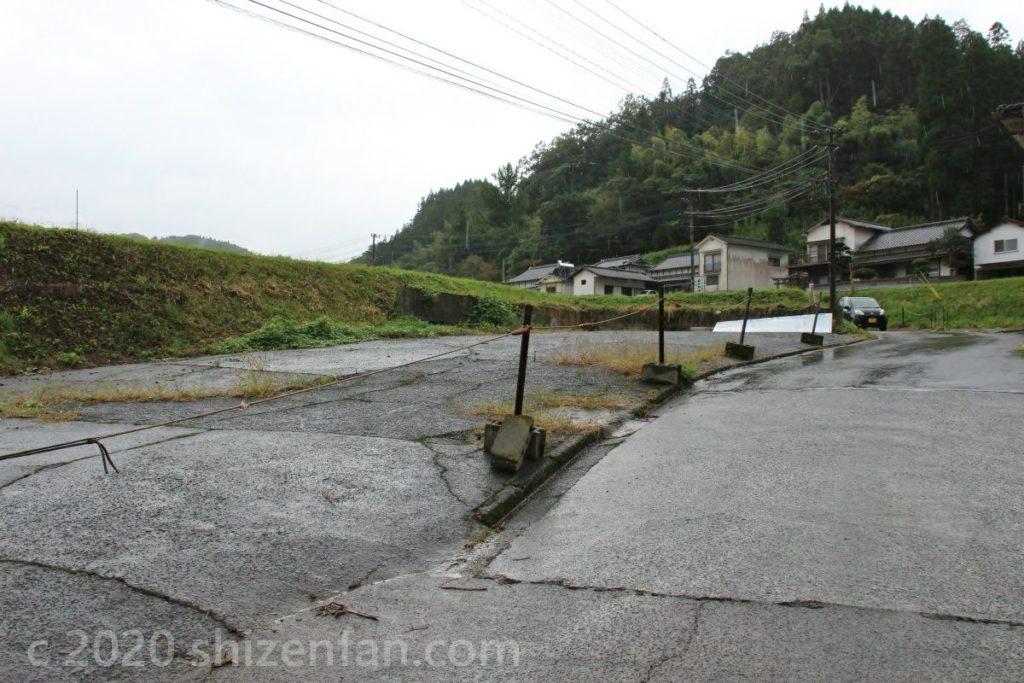 長小野鳴瀧湧水入口近くの駐車場
