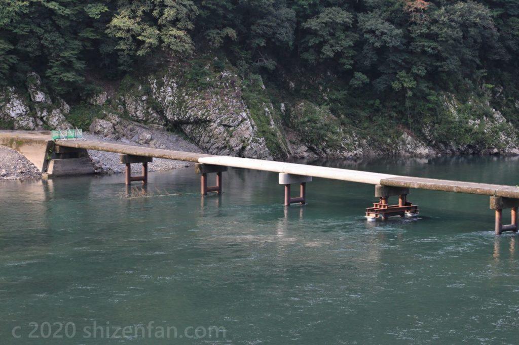 仮復旧された岩間沈下橋の床板沈下部分