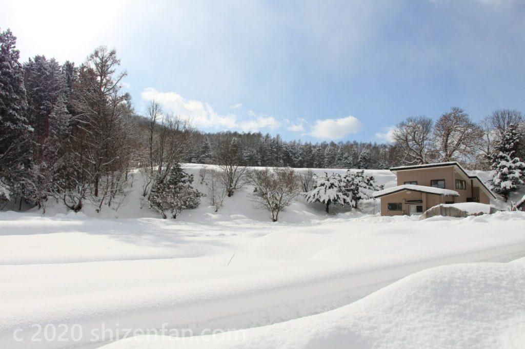 青空と新雪の風景