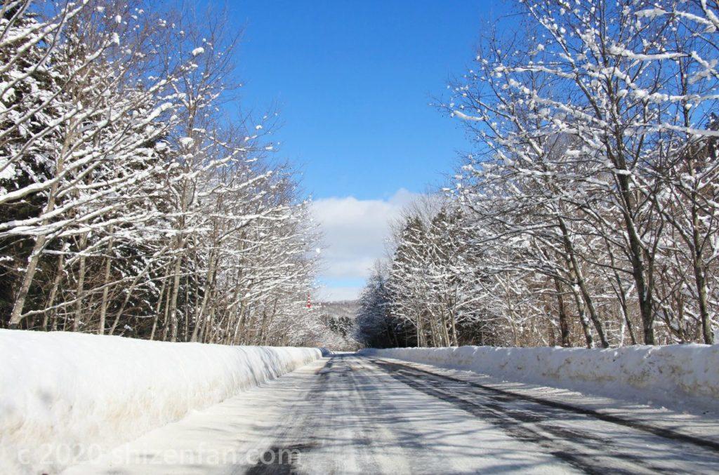 青空と雪道(北海道恵庭市)